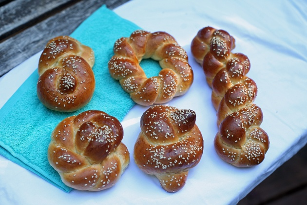 Here are 5 amazing ways to braid challah bread from a professional Israeli baker! All 5 techniques using one or two strands and are beautiful. You'll also find a challah bread recipe in this post.