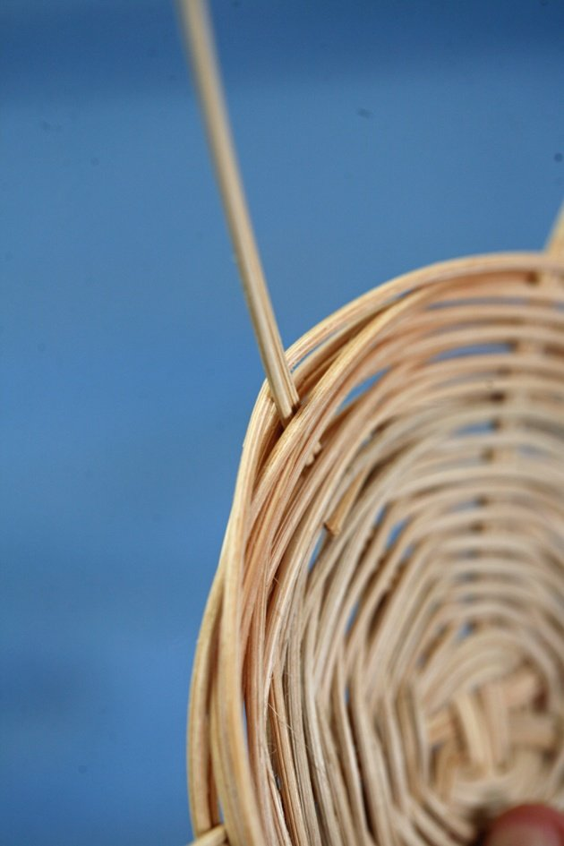 How to Weave a Basket - banding the sides.