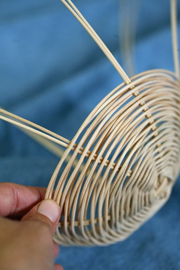 Join me for a picture tutorial on how to weave a simple reed round basket. A fun, easy, and relaxing project and the result is both beautiful and useful!