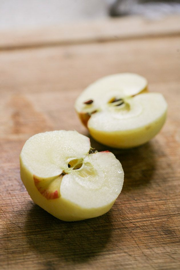 Join me for a step-by-step picture tutorial on how to make applesauce and can it. Very simple, only apples and water.