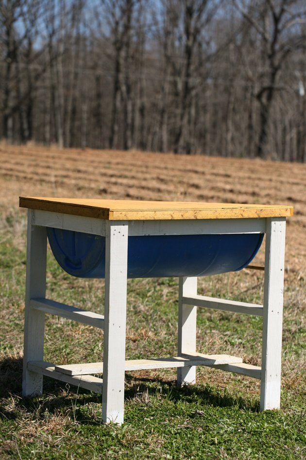 How to set up a trap hive. How do free bees sound? Amazing, right? In this post, we will learn how to set up a hive as a trap or how to hang a swarm trap on a tree in order to catch free bees.