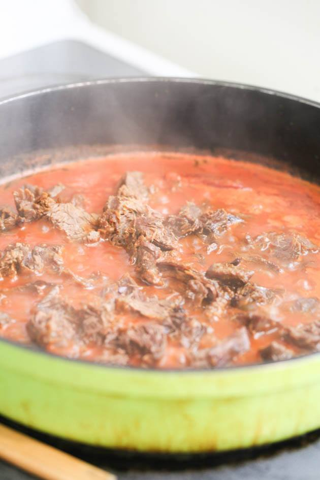 Pulled venison recipe. I used it in a wrap with a delicious red cabbage salad but it can also be a main dish along with a side of rice, mash potatoes, quinoa or anything else you like. The meat is soft and the sauce is delicious! #venison #venisonrecipes #howtocookvenison #deermeat #hunting #hunterfood #deermeatrecipes #huntingseason